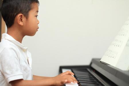 fortepian: Japoński chłopak gra na fortepianie (5 lat) Zdjęcie Seryjne