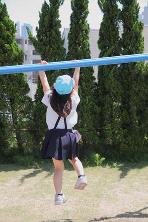 ジャングルジム (5 歳) と遊んで日本の女の子 写真素材