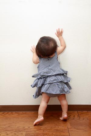 日本の赤ちゃんの女の子 (0 歳) に立ってに引き上げて