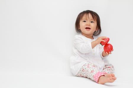 日本の赤ちゃん (0 歳) おもちゃで遊ぶ女の子