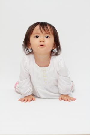 日本の赤ちゃん (0 歳) をクロール