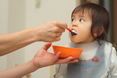 日本の赤ちゃんのベビーフード (1 歳) を食べる女子高生