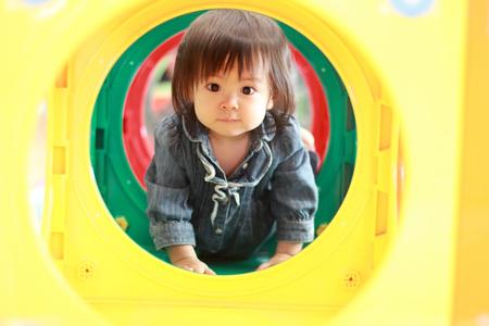 日本の赤ちゃんの女の子 (1 歳) のトンネルを通過 写真素材 - 50422568