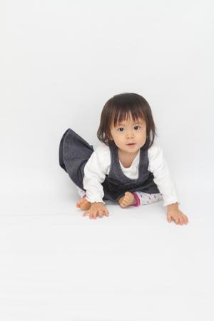 日本の赤ちゃんの女の子 (1 歳) の床に座って