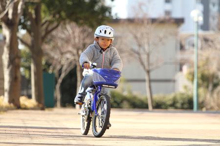 日本男児 (6 歳) の自転車に乗って