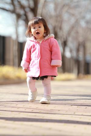 日本、よちよち女の子 (1 歳) 写真素材