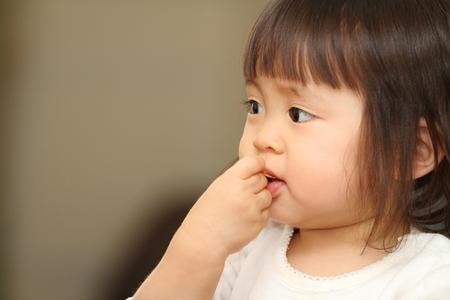 comiendo cereal: beb� japonesa Ni�a comiendo cereales (1 a�o de edad)