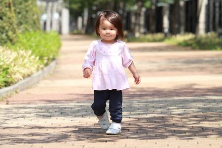 日本の女の子 (1 歳) 散歩 写真素材