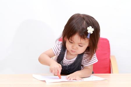 日本の女の子 (1 歳) 絵を描く