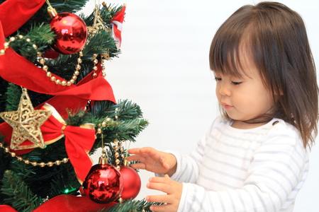 クリスマス ツリーと日本の女の子 (2 歳)