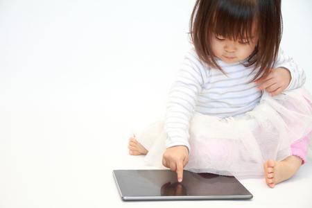 タブレット PC (2 歳) を使用して日本の女の子