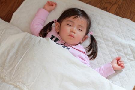 眠っている日本人の女の子 (2 歳)