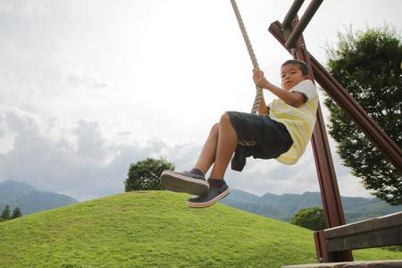 フライング ・ フォックスと遊んで日本少年 (小学校 2 年生) 写真素材 - 82972032