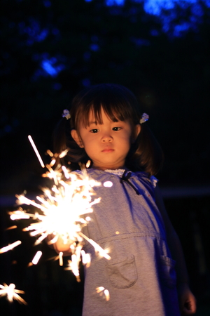 手持ち花火 (2 歳) を行う日本の女の子 写真素材 - 83607028