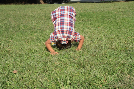 garçon japonais en avant (4 ans)