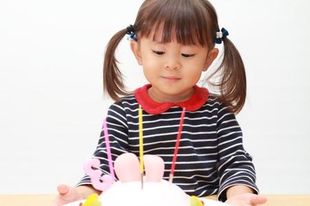 日本人の女の子と誕生日ケーキ (3 歳) 写真素材