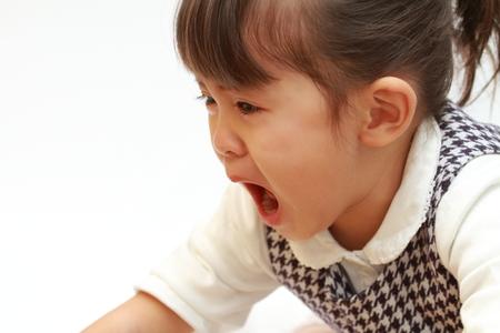 우는 일본 소녀 (3 세)
