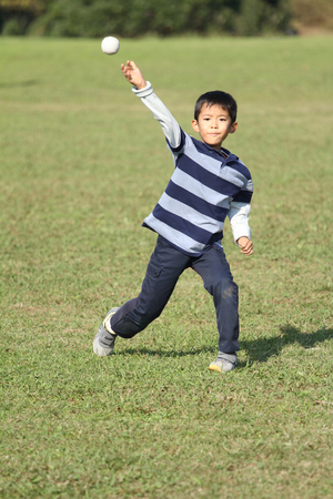 bola ocho: Japanese boy playing catch (second grade at elementary school)