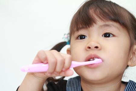 Japanese girl brushing her teeth (3 years old) Stock Photo - 90430831