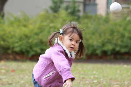 Japanese girl (3 years old) playing catch