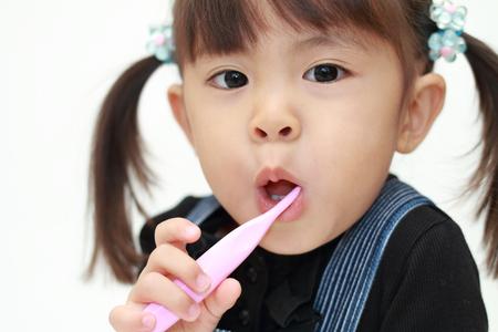 Japans meisje haar tanden poetsen (3 jaar oud) Stockfoto