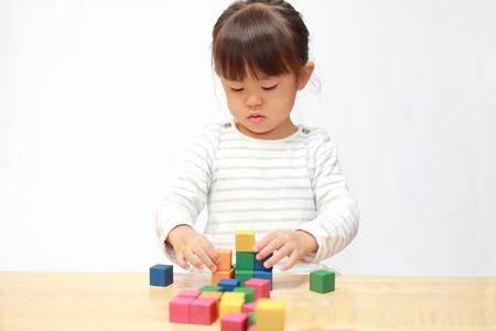 ブロック (3 歳) と遊んで日本の女の子