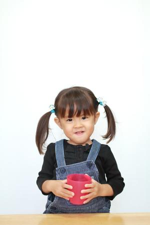 Japanisches Mädchen Trinkwasser (3 Jahre alt) Standard-Bild - 90544317