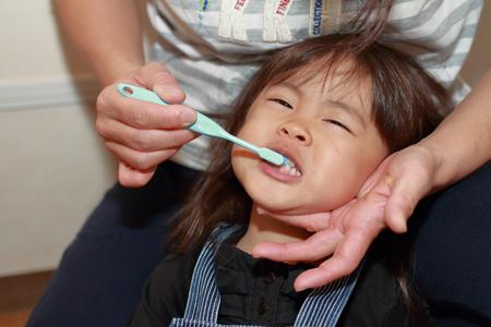 その歯を磨いた彼女の月 (3 歳) で日本の女の子