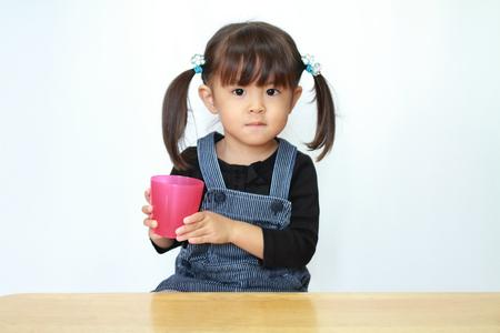 일본 소녀 마시는 물 (3 세)
