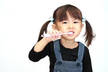 Fille japonaise se brosser les dents (3 ans) Banque d'images - 92778123