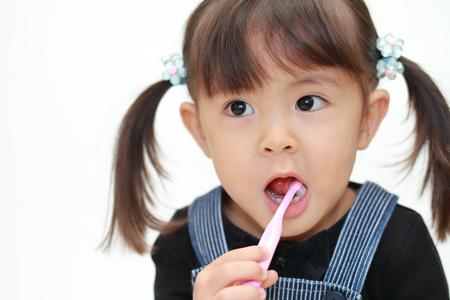 歯を磨く日本の女の子(3歳) 写真素材