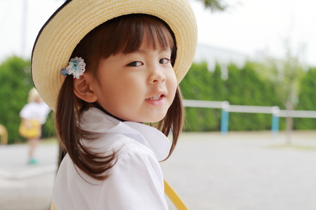 Japanese girl in uniform in kindergarten yard in summer (3 years old) 写真素材