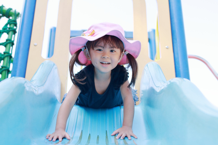 Japanese girl on the slide (3 years old) 免版税图像 - 104701927