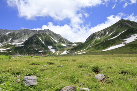 Tateyama mountain range with snow in summer in Toyama, Japan Standard-Bild - 107102559