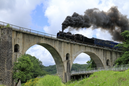 Most Miyamori i lokomotywa parowa w Tono, Iwate, Japonia