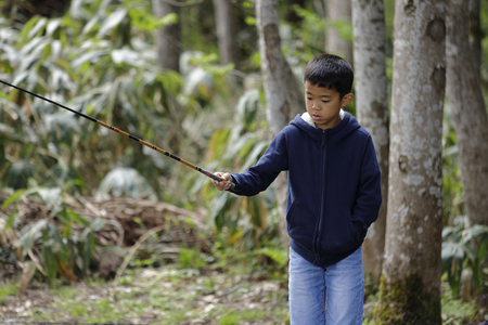 Japanese boy catching fish (fourth grade at elementary school) Imagens - 124942161