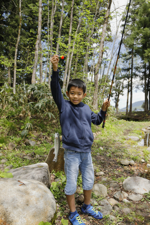 Japanese boy catching fish (fourth grade at elementary school) Imagens - 124942164