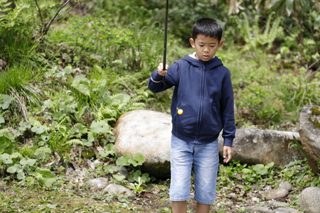 Japanese boy catching fish (fourth grade at elementary school) Imagens - 124942165
