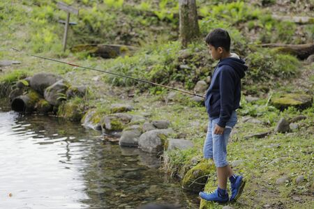 Japanese boy catching fish (fourth grade at elementary school) Imagens - 124941664