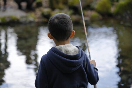Japanese boy catching fish (fourth grade at elementary school) Imagens - 124940830