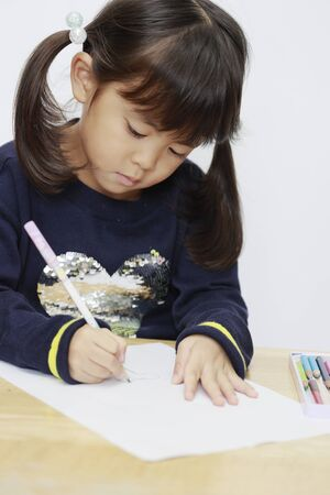 Japanese girl drawing a picture (4 years old) 写真素材