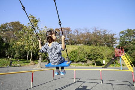 Japanese girl on the swing (appearance from behind) (5 years old) 写真素材