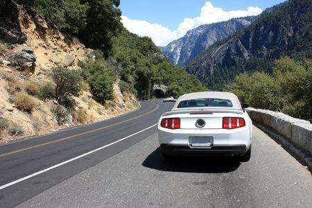 luxe sport auto op een weg in Yosemite park, Californië