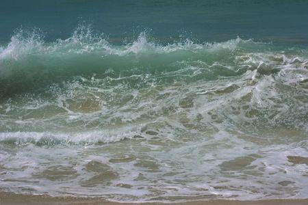 encrespado: olas del mar agitado durante la marea alta en Playa