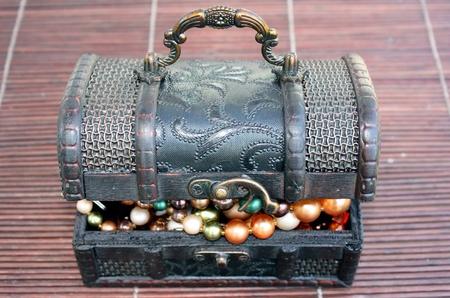 真珠のネックレスに閉じた宝箱 写真素材