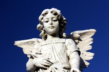angel de la guarda: estatua de �ngel de la guarda velando por sus seres queridos Foto de archivo