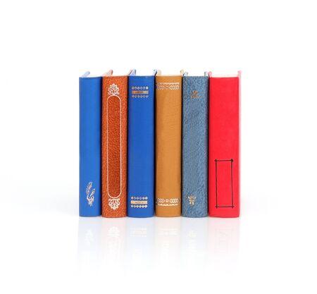 Pila di libri isolati su sfondo bianco