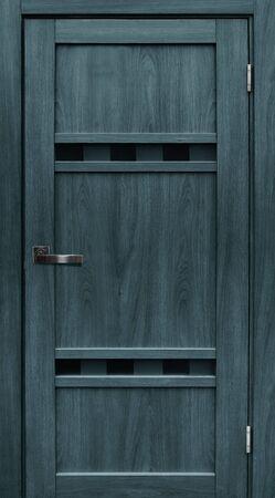 Puerta de entrada (puerta interior de madera) aislado sobre fondo blanco. Foto de archivo