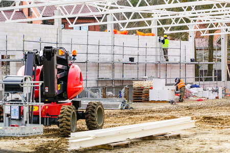 nieuwbouw bouwplaats, muur en metalen dakconstructies