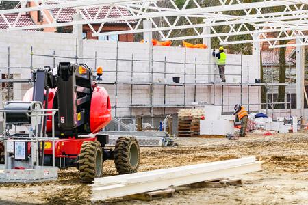 Nuevo sitio de construcción de edificios, construcciones de paredes y techos de metal.